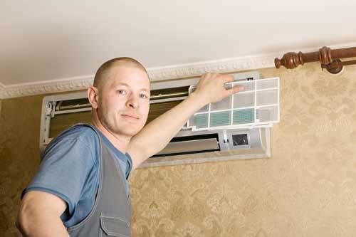 Climatiseur nettoyé dans le cadre d'un contrat d'entretien avec un installateur